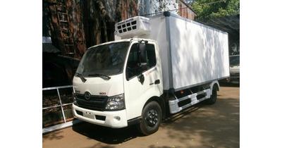 Hino XZU720L thùng đông lạnh tải trọng 4.5 tấn