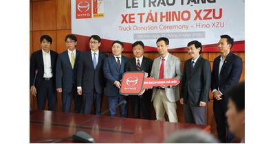 Nhà máy hino chính thức trao tặng xe tải cho 02 trường Đại Học ở Việt Nam